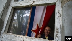 Zastava SFRJ kao zavjesa u jednoj od uništenih fabrika u Priboju