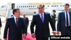 Президенты Узбекистана и Таджикистана Шавкат Мирзияев (слева) и Эмомали Рахмон.