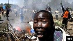 Кения астанасы Найробиде болған полиция мен демократиялық қозғалыс жақтастарының арасындағы қақтығыс. 3 қаңтар 2008. (Көрнекі сурет).