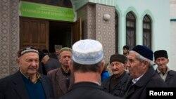 Бахчасарай кырымтатарлары җомга намазыннан соң мәчет янында фикер алыша. 7 март 2014
