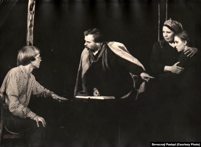 Спэктакль «Маладая гвардыя». Вячаслаў Ракіцкі (зьлева) у ролі Івана Земнухова