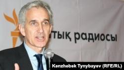 Президент Радио «Свободная Европа»/Радио «Свобода» Джеффри Гедмин дает интервью журналистам радио Азаттык. Алматы, 5 декабря 2010 года.