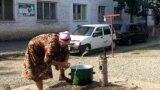 """Оштогу """"Чайка"""" деп аталган жатаканада 24 жылдан бери убактылуу жашап жаткан Орозбек бул жердеги54 үй-бүлөгө баш-көз болот."""