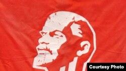 Флаг с изображением советского политического деятеля Владимира Ленина.