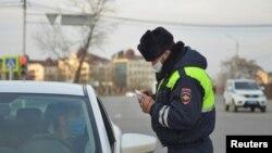 Полицейский в Чечне во время карантина, архивное фото
