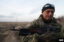 Украинский военнослужащий в районе Мариуполя