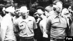 Tehran. 1979-cu ilin noyabrı. İslamçı tələbələr ABŞ səfirliyində girov götürdükləri amerikalıları nümayiş etdirirlər