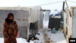 لاجئة سورية الى جانب خيمتها قرب بعلبك