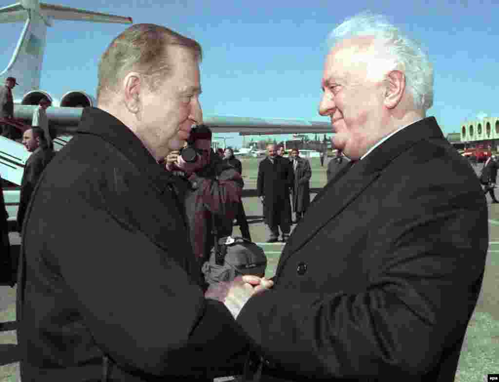 Ukrainian President Leonid Kuchma shakes hands with his Georgian counterpart Eduard Shevardnadze on arrival in Tbilisi in 2000.
