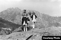 Івонка Сурвіла разам з дочкамі Паўлінкай і Ганяй каля Мадрыду, 1969. Фота Янкі Сурвілы.