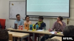 Зліва направо: Мирослав Лаюк, Анна Малігон та Олег Шинкаренко на презентації сучасної української прози. Прага, 27 квітня 2017 року