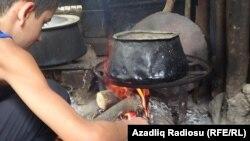 Село Сыгалони. 12-летний Аслан Байрамов зажигает костер