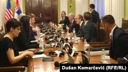 Kongresisti Eliot Engel gjatë takimit me deputetët serbë.