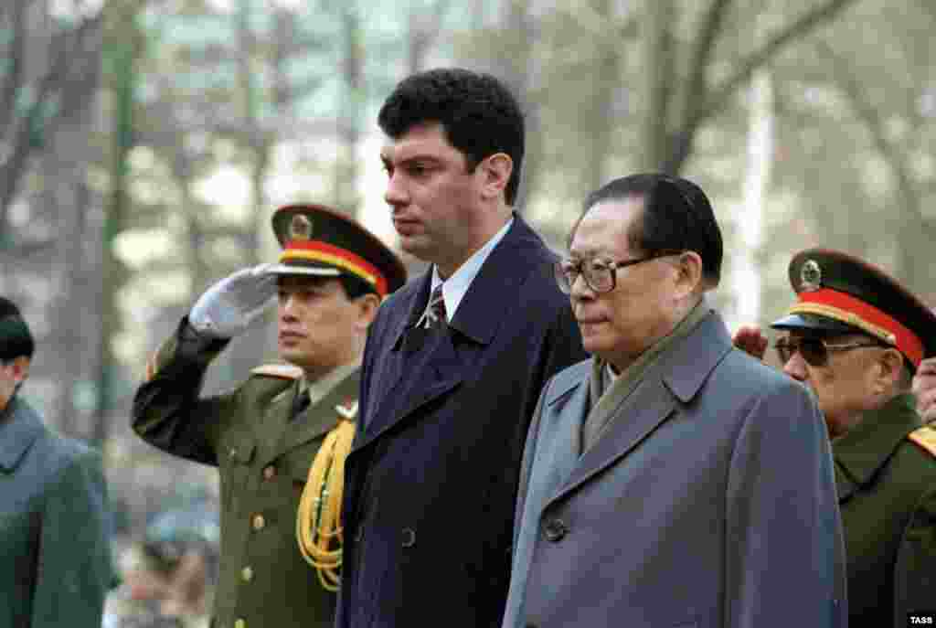 Chinese President Jiang Zemin and Nemtsov visit the tomb of the unknown soldier near the Kremlin wall.