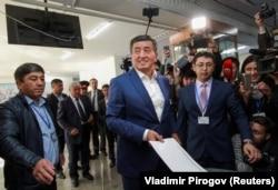 Қырғызстан президенттігіне кандидат Сооронбай Жээнбеков сайлау учаскесінде дауыс беріп тұр. Бішкек, 15 қазан 2017 жыл.