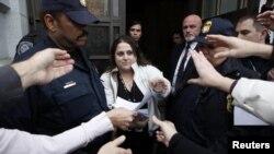 Участники судебного процесса раздают копии решения суда против однополых браков. Сан-Франциско, Калифорния, 7 февраля 2012 года.
