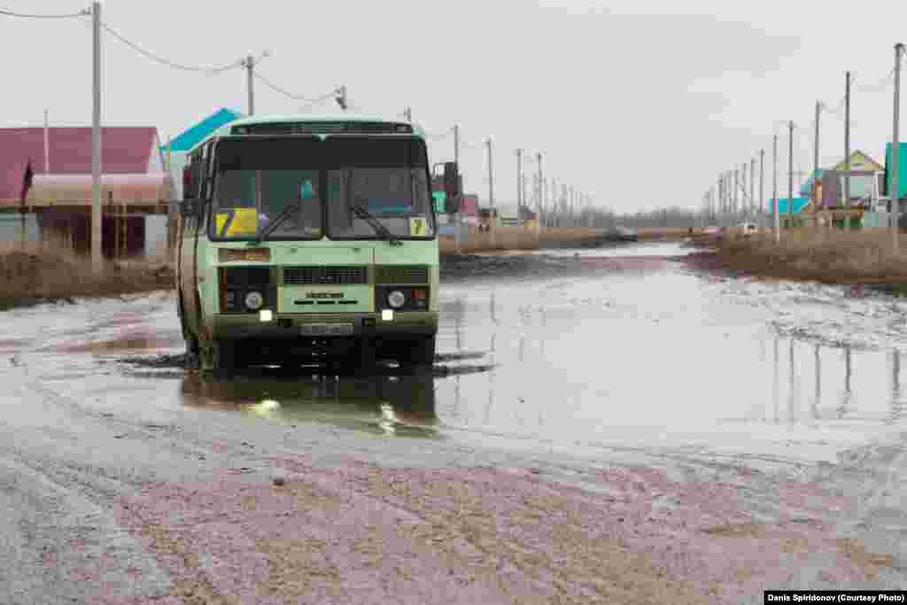 В 2018 году глава специальной мониторинговой группы Айгуль Соловьёва назвала дороги в Западно-Казахстанской области самыми плохими в стране: «Нам есть с чем сравнивать: мы ездим по всему Казахстану на машине. И я могу с уверенностью заявить, что в Западно-Казахстанской области — худшие дороги».