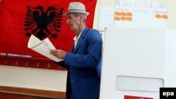 Shqipëri - Një burrë i moshuar bëhet gati për të votuar