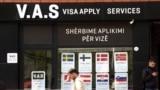 Kosovo je jedina zemlja u regionu kojoj nije odobrena vizna liberalizacija (na fotografiji mesto za apliciranje za vize više evropskih država, Priština)