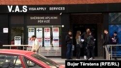 Disa të rinj në Prishtinë, duke pritur pranë qendrave për shërbime për aplikim për vizë.