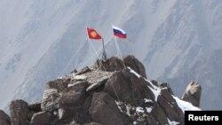 Кыргызстан -- Орусия президенти Владимир Путиндин аты берилген чокуда сайылып турган Кыргызстан менен Орусиянын желектери. 17-сентябрь, 2012