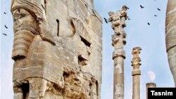 تخت جمشید در شرایطی با خطرات ناشی از فرونشست زمین مواجه است که در سال ۱۳۵۷ در فهرست ميراث جهاني (يونسكو) قرارگرفت.