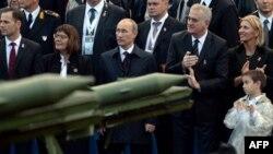 Белград. Президент России Владимир Путин и президент Сербии Томислав Николич на военном параде 16 октября 2014 года