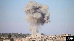 Дым от авиаударов проправительственных сил в контролируемом повстанцами районе Дараа, Сирия, 17 февраля 2016 г.