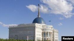 """Астана шаарындагы ШКУ саммити өтүп жаткан """"Ак Ордо"""" сарайы. 13.6.2011."""