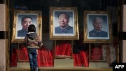 Пекин, девочка перед портретами китайских лидеров Чжоу Эньлая, Мао Цзэдуна и Лю Шаоци.