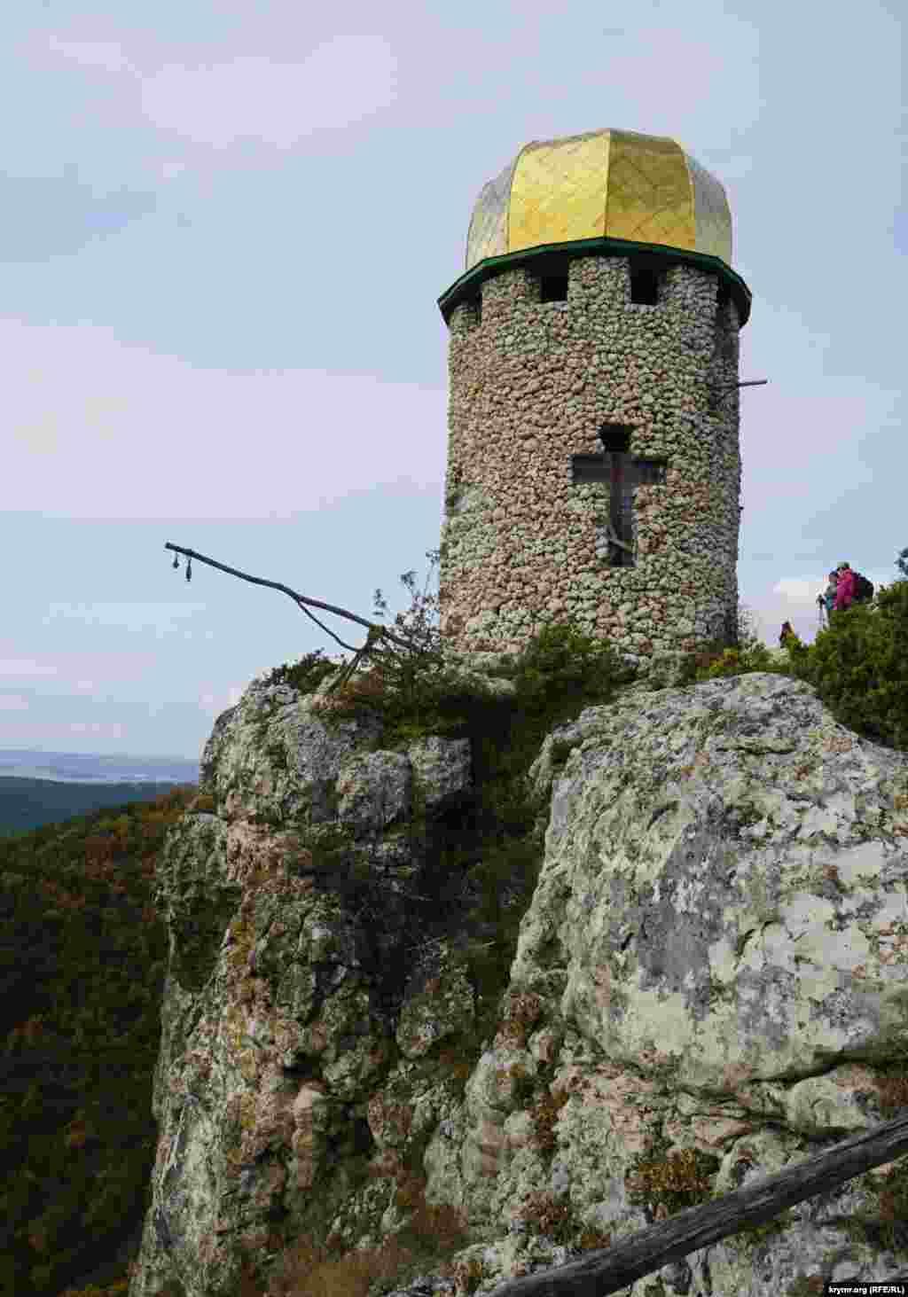 Печерний монастир Шулдан (перекладається як «той, що дає луну» або «неприступне місце») розташований на північ від села Тернівка