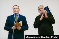 Мэцэнат Павал Бераговіч і пісьменьнік Уладзімер Арлоў на адным з «Дэбютаў»