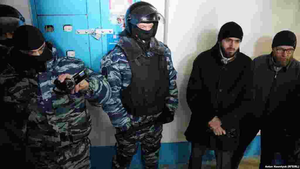 Rusiye kütleviy haber vastaları Bağçasarayda «Hizb ut-Tahrir bölüginiñ yoq etilmesi boyunca» mahsus tedbirler keçirilgenini bildire. Bunı Kreml kontrol etken Qırım ükümetiniñ milletlerara munasebetler devlet komitetiniñ reisi Zaur Smirnov RİA Novosti agentligine haber etti.