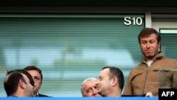 Роман Абрамович (праворуч) пропустив фінал кубка Англії з футболу, ймовірно, через проблеми з британською візою