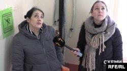 Мешканка будинку Оксана показує журналістам наслідки: «фактично мешканці третього поверху міняли кожен над собою»