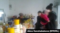 В сельском магазине в Кызылординской области. 29 ноября 2015 года.