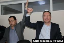 Обвиняемые в разжигании розни гражданские активисты Ермек Нарымбаев (слева) и Серикжан Мамбеталин в суде. Алматы, 10 декабря 2015 года.