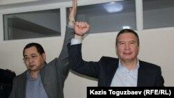"""Обвиняемые в """"разжигании розни"""" гражданские активисты Ермек Нарымбаев (слева) и Серикжан Мамбеталин в суде. Алматы, 10 декабря 2015 года."""