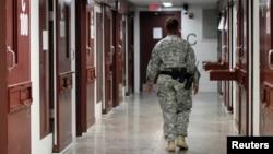 Гуантанамо түрмесінің дәлізінде кетіп бара жатқан күзетші. 5 наурыз 2013 жыл.