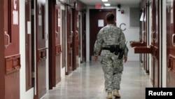 Гуантанамоның V лагеріндегі күзет қызметкері. (Көрнекі сурет)