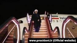 Роугани на эскалаторе при высадке из самолета в Тегеране