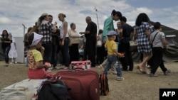 Жители Украины во временном палаточном лагере для украинских беженцев в Ростовской области России. 21 июня 2014 года.