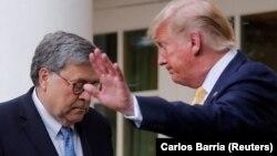 Donald Trump (sağda) və baş prokuror Bill Barr