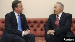 Britaniýanyň premýer-ministri Dewid Kameron (çepde) we Gazagystanyň prezidenti Nursoltan Nazarbaýew. London. 2012 ý.