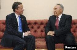 Президента Казахстана Нурсултана Назарбаева принимает премьер-министр Великобритании Дэвид Кэмерон. Лондон, 27 июля 2012 года.