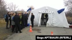 Встреча в Эргнети, населенном пункте на границе Южной Осетии с Грузией, стала уже 66-я по счету