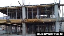 Во время строительства многоэтажного дома в Нарыне по заказу Госипотечной компании. Апрель 2018 года.