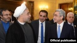 İran prezidenti Hassan Rohani (sold) və Ermənistan prezidenti Serzh Sarkisian, Tehran, 2013