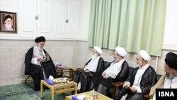 هر سه مرجعی تقلیدی که آيتالله خامنهای در سفر به قم با آنها دیدار کرده است، از جمله آیتالله نوری همدانی (نفر دوم از چپ)، پیشتر با حضور در محل سکونت وی در قم با وی دیدار داشتند