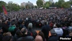 Армения экс-президенті Серж Саргсянды премьер-министр етіп сайлауға қарсы акцияға жиналғандар. Ерен, 13 сәуір 2018 жыл